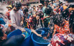 سونگکران (Songkran)، فستیوال آب بازی تایلند  سونگکران، فستیوال آب تایلند یکی از اتفاقات سالانه است که در آغاز سال نو سنتی تایلند برگزار میشود. سونگکران بزرگترین جشن تایلند است و عنوان بزرگترین فستیوال آب بازی در دنیا را دارد. در تور تایلند و در این فستیوال اصلا بر این تصور نباشید که شما از خیس شدن معاف هستید. این آب بازی حداقل به مدت سه روز ادامه دارد و چنانچه در تور تایلند خود حتی نزدیک محل برگزاری جشن بشوید حتما خیس خواهید شد.