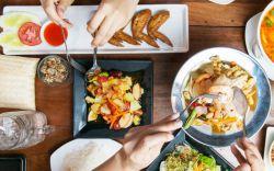 آداب غذا خوردن در تور تایلند  خوشبختانه، رعایت آداب غذا خوردن در تایلند آسان است؛ قوانین و نکات اخلاقی مربوط به غذا خوردن بسیار راحت هستند. علیرغم اینکه تایلندیها درباره آشپزی و غذاهای تایلندی بسیار سختگیر هستند اما درباره آداب غذا خوردن مردمان خوشگذران و سهلگیری هستند و از هرگونه تخلف ناخواسته از این آداب چشمپوشی میکنند.