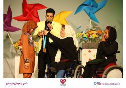 تقدیم مدال قهرمانی پارا المپیک در رشته تیراندازی با کمان توسط راضیه شیرمحمدی به فرزندان همدم در چهارمین شب از ششمین بازارچه خیر و خرید همدم