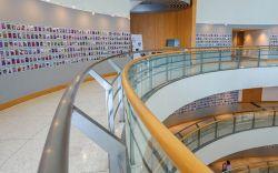 مرکز فرهنگ و هنر بانکوک (Bangkok Art and Culture Centre) یا به اختصار BACC، مرکز اصلی صحنهی در حال شکوفایی هنر در بانکوک است و به مسافران تور تایلند مجموعهای گسترده از کارهای هنری معاصر، طراحی، موسیقی، تئاتر و فیلم را ارائه میدهد. این مرکز که تنها چند دقیقه پیادهروی با ایستگاه استادیوم ملی قطار هوایی فاصله دارد، میزبان چندین نمایشگاه همواره در حال تغییر از هنرمندان تایلندی و بینالمللی است.