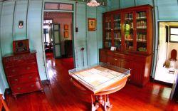 پیدا کردن موزه مردم بانکوک (Bangkok Folk Museum یا Bangkokian Museum) در تور تایلند برایتان سخت خواهد بود. این موزه حتی آنچنان که باید و شاید شناخته شده نیست. موزه صاف و ساده است، ولی افسون اصلی آن، لذت یافتن این جواهر کوچک متوقف شده در زمان است. این موزه شامل دو ساختمان چوبی زیبا است که در وضعیتی بسیار خوب حفظ شدهاند و همان شکلی هستند که در یک قرن پیش بودهاند.