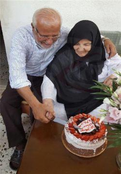 پدر و مادر سید در حال بریدن کیک تولدش