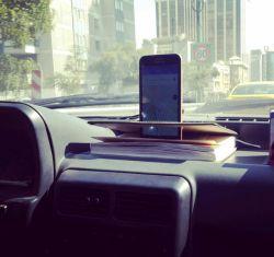 خلاقیت یکی از راننده های خوش ذوق برای نگهداشتن تلفن همراهش با استفاده از یک تقویم ساده. #خلاقیت #تلفن_همراه #راننده