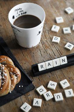 آفتاب را دوست دارم به خاطر پیراهنت روی طناب رخت  باران را اگر که می بارد بر چتر آبی تو  و چون تو نماز می خوانی من خداپرست شده ام.   #بیژن_نجدی