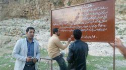 بچه های میراث فرهنگی داراب در حال ترمیم تابلوهای راهنمای اثار تاریخی