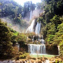 آبشار خلانگ لن تایلند برای رسیدن به این آبشار باید چند ساعتی از بانکوک فاصله بگیرید و به دل طبیعت پارک ملی زیبایی به همین نام پا بگذارید. وقتی جنگل انبوه خلانگ لن را در نوردید و درختان سر به آسمان ساییده را پشت سر بگذراید، یواش یواش به این شکوه دلفریب نزدیک و نزدیک تر خواهید شد. کمی نمی گذرد که می توانید آبشار خلانگ لن را از میان درختان پیدا کنید و دقایقی مبهوت عظمت و زیبایی اش شوید.برای رسیدن به این آبشار باید چند ساعتی از بانکوک فاصله بگیرید و به دل طبیعت پارک ملی زیبایی به همی
