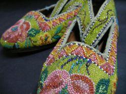 خرید کفش های سنتی مالزی به عنوان سوغاتی این کفش یکی از سوغاتی های گران مالزی و یکی از زیباترین صنایع دستی مالزی هستش که قیمت اون در حدود 900 هزار تومن هستش