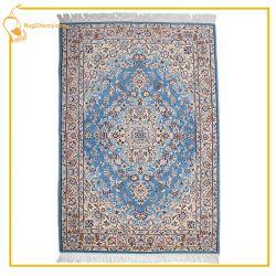 فرشی با زمینه آبی حاصل هنر بافندگان خوش ذوق کاشانی