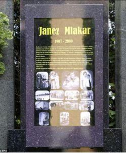 #قبر نخستین سنگ قبر دیجیتالی جهان در گورستانی درشهر اسلوونی، نصب شد که  قابلیت این را دارد که تصاویر و فیلمهای فرد متوفی و نوشتههای دیجیتالی را در زمان حضور بازدیدکنندهها نمایش ده/ فکرشو بکن عکسهای آلبوم لنزورت روی سنگ قبر