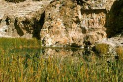 نقش شاهپور ساسانی داراب این عکس مربوط به بیست سال پیش میباشد که یک چشمه زیبای پای این بنا برقرار بود