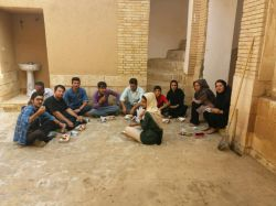 بچه های گروه دارابنامه هنگام تمیز کردن خانه تاریخی سوخکیان