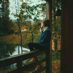 اولین باران پاییز را به اولین بوسه ات  می توان تشبیه کرد شیرین،گس و غمگین، انگار که همین اول راه  دلواپس خشکسالی باشند...  - شیما سبحانی