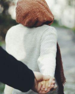 دلتنگ كه میشوم بهانه گیر میشوم...  زمین و زمان را بهم میزنم تا آرام بگیرم ... آن لحظه فقط تو را میخواهم دستم را بگیری ... چشم در چشمم بدوزی ... یكی از همان لبخند های نابت را بزنی... تا دلم باز شود... كه پوچ شود هر چه دلتنگیست ... كه بی بهانه سر روی بالش بگذارم و فراموش كنم هر چه عذابم میدهد... كه یك شب خوابم ببرد ...@Shahbano