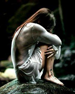 در گلویم گیر كرده زخم یك بغض غریب فرصتى از اشك میجویم كه رسوایش كنم...