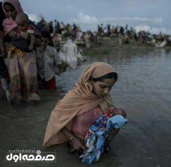 عبور مهاجران مسلمان روهینگیایی از رودخانه نف برای رسیدن به بنگلادش