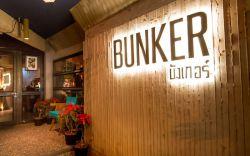غذاهای این رستوران ساده هستند و در یک محیطی صمیمی، خدمات عالی به مشتریان خود ارائه میدهد. همانطور که از نام این رستوران مشخص میباشد، طراحی داخلی این رستوران به شکل یک پناهگاه میباشد و با پنجرههای قدی خود چشمانداز زیبایی از بیرون را برای نمایش دارد. منوی رستوران کوچک بوده اما غذاهای متنوعی برای تجربه طعم غذاهای اروپایی و آمریکایی در تور تایلند ارزان دارد.