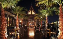 هتل شانگری لا (Shangri-la) در کنار رودخانه چائو فرایا، قرار گرفته و مهمترین رود بانکوک قرار دارد پس اگر اتاقهای طبقه بالایی این هتل را انتخاب چشم انداز زیبای این رودخانه میتواند حسابی شما را شگفتزده کند. این هتل لوکس802 اتاق بزرگ داشته که شامل انواع مختلفی از اتاقهای دلوکس بالکن دار با چشم انداز رودخانه یا شهر و یا سوییت های مجلل میباشد. در هر کدام از این اتاقها امکاناتی همچون تلویزیون و صندوق امانات به چشم میخورد.