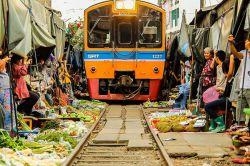 بازارچه مائه کلونگ از عجیبترین و ترسناکترین بازارهای جهان بوده و در جنوب غربی کشور تایلند قرار دارد. با نگاه اول با یک جای سرزنده و پرهیاهو و پر از زندگی روبرو می شوید با آدمهایی که همگی در حال خرید هستند اما چیزی که بیشتر از همه جلب توجه خواهد کرد و در همان نگاه اول نظر را به خود خیره میکند، چسبیده بودن این بازار به ریل قطار است.