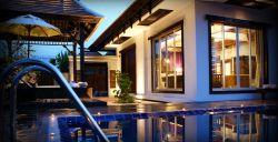 هتل 5 ستاره شرایتون یکی از بهترین انتخابهای شما در تور کرابی خواهد بود، چرا که اتاقهای این هتل دارای امکاناتی همچون بالکن اختصاصی با منظره زیبا و رو به جنگل، با تلویزیون صفحه تخت، دی وی دی پلیر، سیستم تهوه مطبوع و اتاق نشیمن مجزا دارد. مسافرانی که به ایروبیک یا تنیس علاقهمند هستند، امکانات ورزشی لازم را تدارک داده است. مرکز ورزشهای آبی، وایفای رایگان در اماکن عمومی هتل و نگهبان درب نیز از دیگر خدمات هستند.