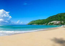 ساحل لانگ (Long) تایلند ساحل لانگ چشم اندازهای خیره کننده ای از جزیره فی فی دارد. این ساحل نرم ترین شن های سفید را در جزیره دارد. در این ساحل بازدید از عقابهای دریایی و میمونها حس ماجراجویی را در شما بیدار کند.