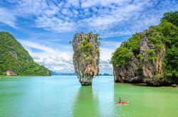 جزیره ی جیمز باند در پوکت الماس درخشان منطقه فانگ نگا بی (Phang Nga Bay) میباشد. این جزیره به خاطر فیلمبرداری فیلم مردی با اسلحه طلایی با بازی جیمز باند مشهور شده است. این جزیره یکی از اصلیترین جاذبههای تور پوکت برای بازدید میباشد.