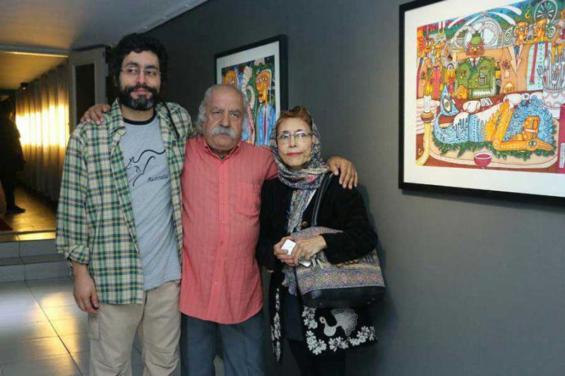 آذرخش فراهانی در کنار پدرش بهزاد فراهانی و مادرش در نمایشگاه نقاشی او