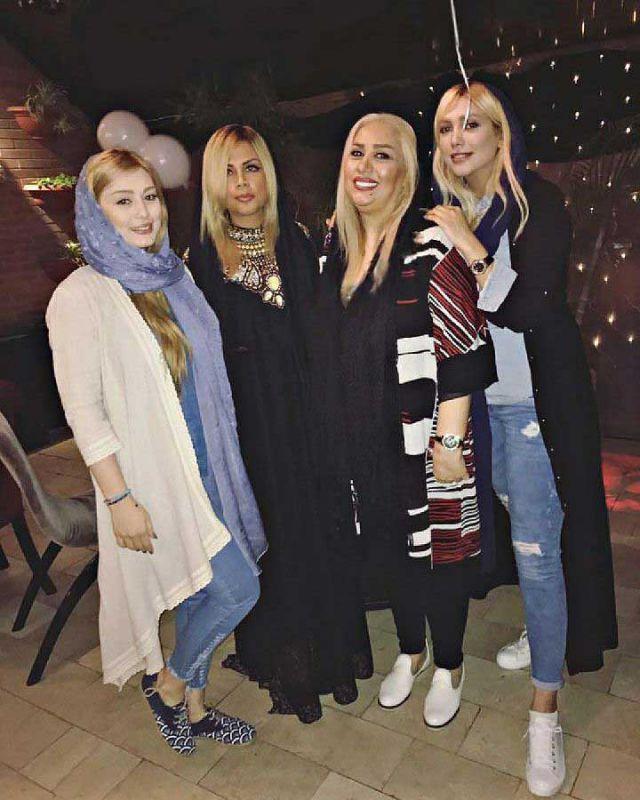 سحر قریشی در کنار مادر و دوستانش