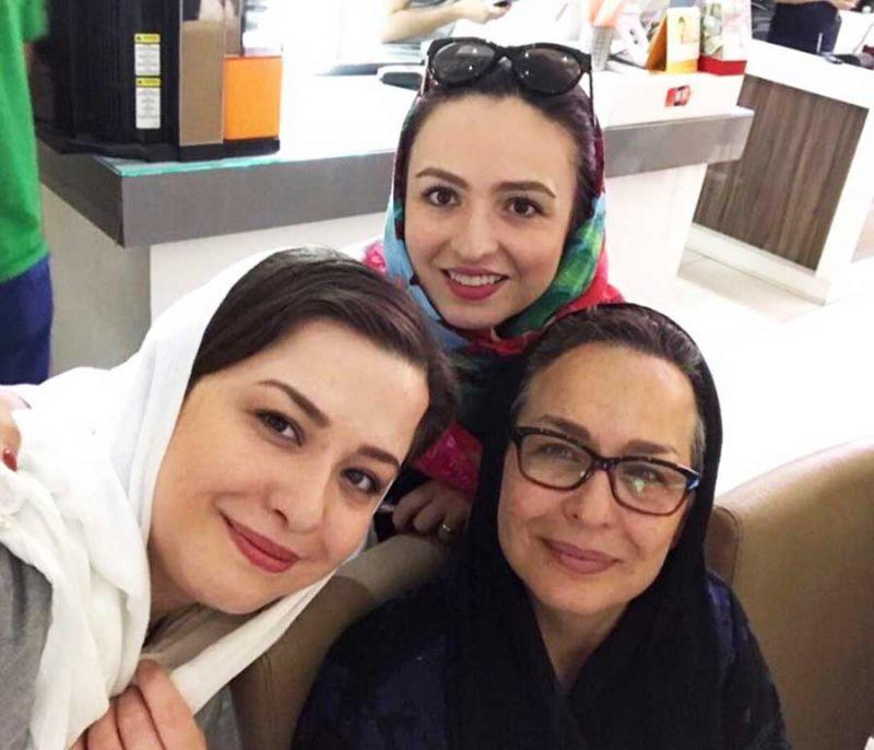 مهراوه شریفی نیا در کنار مادرش