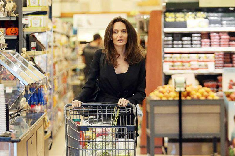 آنجلینا جولی در حال خرید