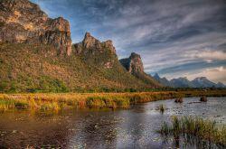 این پارک ملی در استان پراچواپ خیری خان قرار گرفته است که بیشتر به خاطر تپه های سنگ آهکی که دارد، مورد توجه گردشگران تور تایلند قرار گرفته است. نام پارک به معنای کوه با 300 قله بوده و بسیاری از بازدیدکنندگان، برای دیدن غار فایا ناخون سفر میکنند، این غار بزرگ که دارای عبادتگاه نیز میباشد، ماه های ژانویه و فوریه به محلی زیبا برای مشاهده پرندگان تبدیل میشود.