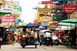 خیابان خائو سان بانکوک وجود مغازههای زیاد، غذاهای خیابانی، رستورانهای بین المللی، دست فروشها و کوله گردها باعث محبوبیت هر چه بیشتر این خیابان در  بین گردشگران تور بانکوک باعث شده است تا بسیاری از مردم آخر هفتهها برای گردش به این خیابان مراجعه کنند.