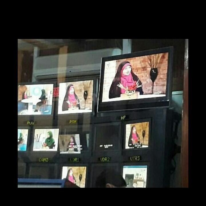 برنامه خانواده یک از شبکه یک سیما  مجری سرکار خانم توسلی   لیلا حاجی نویسنده جوان ، میهمان برنامه