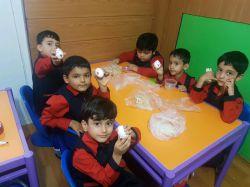 روز جهانی تخم مرغ و خوردن میان وعده کودکان یک تخم آب پز