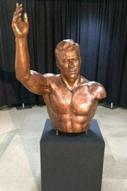 مجسمه جهان پهلوان تختی در آمریکا ، در آن مسابقه تختی که دید رقیب یک دستش مسدوم است با یک دست با او کشتی گرفت
