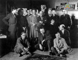 تصویر نام آوران هنر و ادبیات جهان مانند پیکاسو،سیمون دوبووار،کامو،ژان پل سارتر و ... در کنار گلیم دستبافت ایرانی