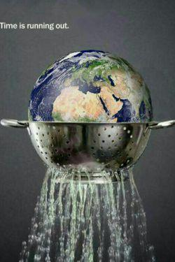 پوستر خلاقانه بیانگر کمبود آب کره زمین