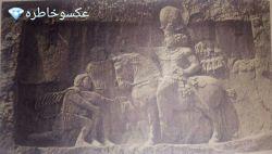 حکاکی شاپور اول ساسانی سوارِ بر اسب که والرین امپراطور شکست خورده روم در برابرش زانو زد موندم چرا  از شاپور اسطوره نمی سازیم؟