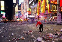 ریختن آشغال توی خیابون فقط مال ایرانیا و محرم و اربعینه. مدیونید اگه فکر کنید اینجا هم میدان تایمز نیویورک بعد از جشن شروع سال نو و کریسمسه!