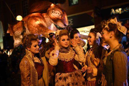زنان شرکت کننده در جشنواره ای در هال انگلیس