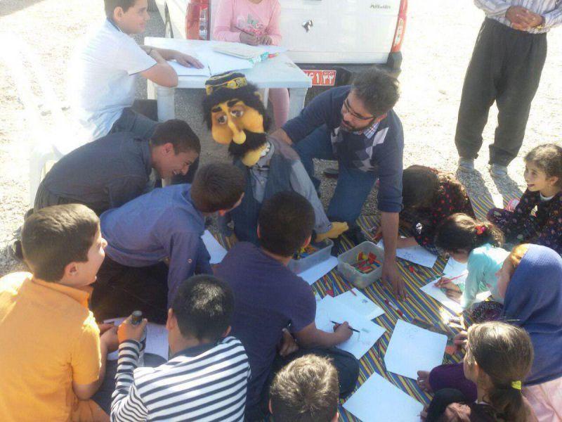 هنرمند عروسک گردان در جمع کودکان زلزله زده کرمانشاه