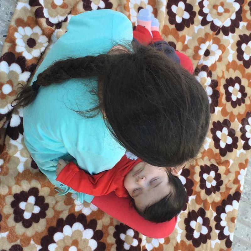 خواهر که باشی مجبوری بعد از از دست دادن پدر و مادر، برادرت را اینگونه بغل کنی و منتظر اقوام باشی