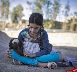 توی زلزله سال 82 شهر بم، حدود دو هزار کودک پدر و مادر خودشون رو از دست دادند و تقریبا دو برابر این تعداد از داشتن یکی از والدین خود محروم شدن. آمار دقیق این زلزله تا الان معلوم نیست ولی وقتی همه گرد و خاک ها میخوابه و همه هیاهو ها تموم میشه، هنوز کابوس زلزله خواب شب و روز کلی بچه رو تحت تاثیر خودش قرار میده. #تسلیت_کرمانشاه