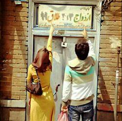 """""""طلاق"""" همسالان عاملی مهم در عدم تمایل به ازدواج 38 درصد مجردان است.  چرا مسئولین اراده لازم را برای رفع موانع ازدواج ندارند؟ #سنگر_نرم  #مسأله_ازدواج  به جمع #لنزوریها در سروش بپیوندید :  http://sapp.ir/lenzoriha"""