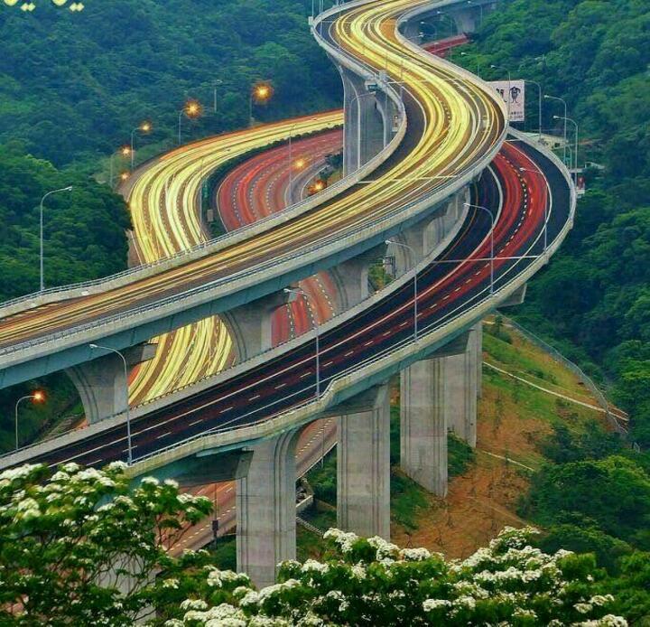 یکی از زیباترین بزرگراه های جهان در ژاپن که مسیرش از وسط جنگل عبور میکند ولی به صورت طبقاتی ساخته شده که آسیب کمتری به درختان وارد شود.