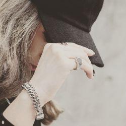 گاهی وقتا باید رفت و آنچه ماندنی ست را جا گذاشت! مثل یاد ، مثل خاطره ، مثل لبخند ، آن وقت رفتنت ماندنی می شود! اما وقتی که باید بروی ، اما نروی ، بمانی آن وقت ماندنت بی فایده اس!..........