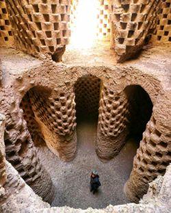 تصویری از کبوتر خانه در قورتان استان اصفهان. ساخت این کبوترخانه ها به دوران صفوی در ایران برمیگردد