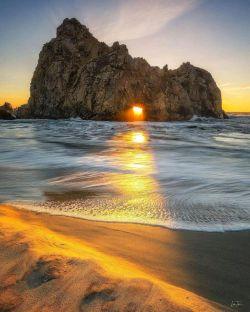 عبور نور از بین صخره ها در ساحل Pfeiffer در شهر ساحلی بیگ سور(Big Sur) در کالیفرنیا که سوژه زیبا و منحصر بفردی برای عکاسان طبیعت است