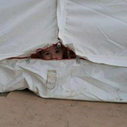 کودک زلزله زده در چادر