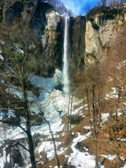 تصویری از بلندترین آبشار دائمی ایران به ارتفاع ۱۰۵ متر در فصل زمستان
