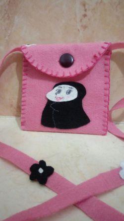 سلام...اینم یه کیف نمدی ، که خودم درست کردم :)...عکس حتما باز شود:)...#دختر_باس_هنرمند_باشه #کیف_نمدی #دختر_چادری #هنر #نمد